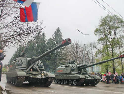 По центру Биробиджана победоносно проехали танки и ракетные комплексы