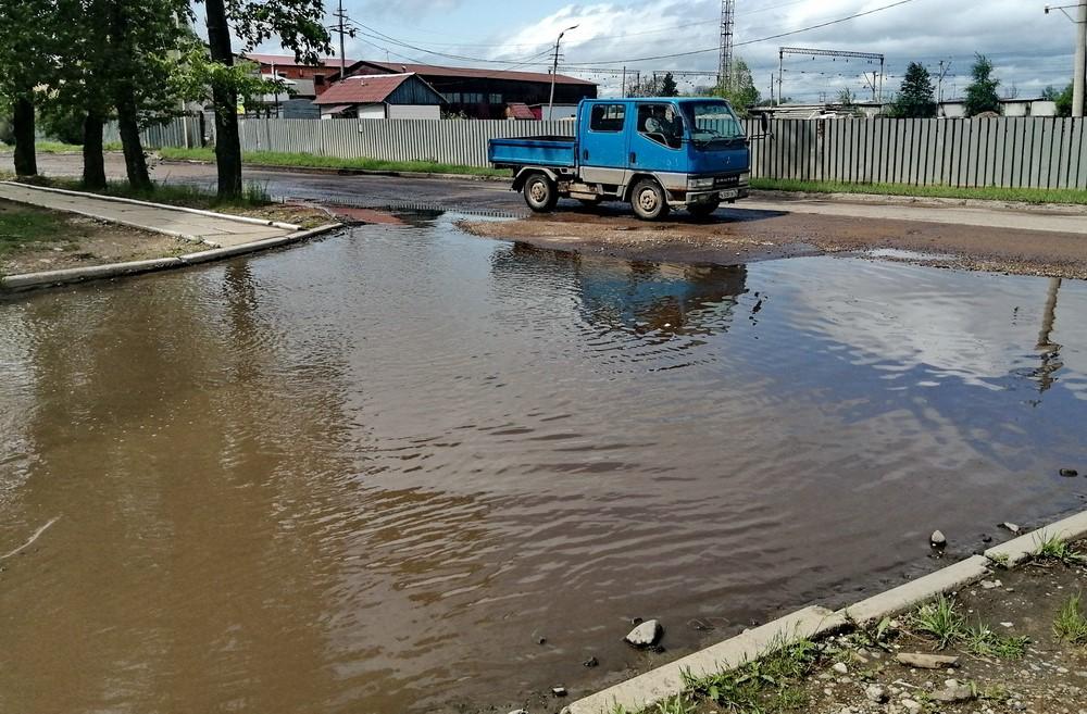 Ямы, лужи и грязь в центре Биробиджана угрожают автомобилистам и пешеходам