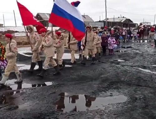 Праздничный парад по хлюпающей грязи устроили для школьников Красноярского края в День Победы (ВИДЕО)