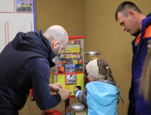 В Биробиджане сотрудники МЧС помогли ребёнку вытащить руку из игрового автомата