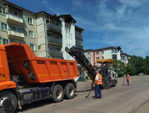 Впопыхах заделать дорожные ямы на ул Набережной пытается мэрия Биробиджана