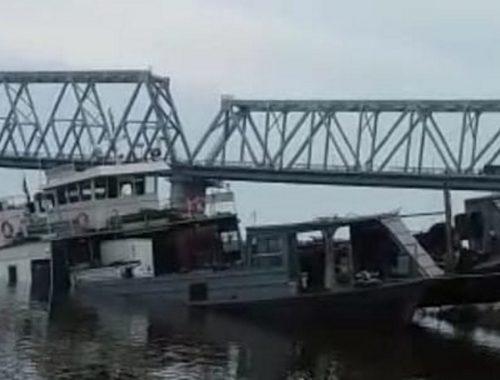Возле трансграничного моста в Нижнеленинском затонул теплоход «Благовещенск»