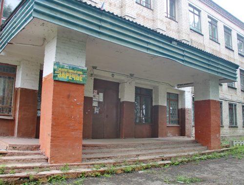 Разогнав подростков и пенсионеров, чиновники законсервировали до лучших времен здание бывшей школы в Биробиджане