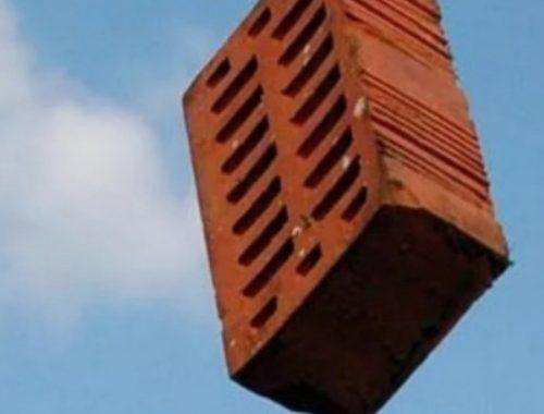 В Биробиджане строительный рабочий бросил с пятого этажа кирпич, который попал в 7-летнего ребёнка — прокуратура начала проверку
