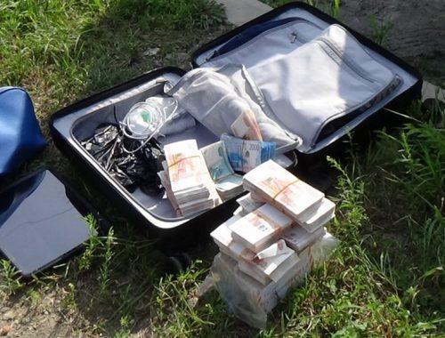 Биробиджанский предприниматель забыл на улице чемодан с 15 млн рублей