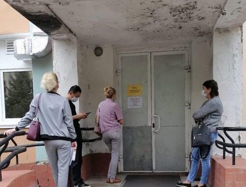 «Всех из фильтр-бокса выгнали под дождь»: биробиджанка пожаловалась на ужасы областной поликлиники