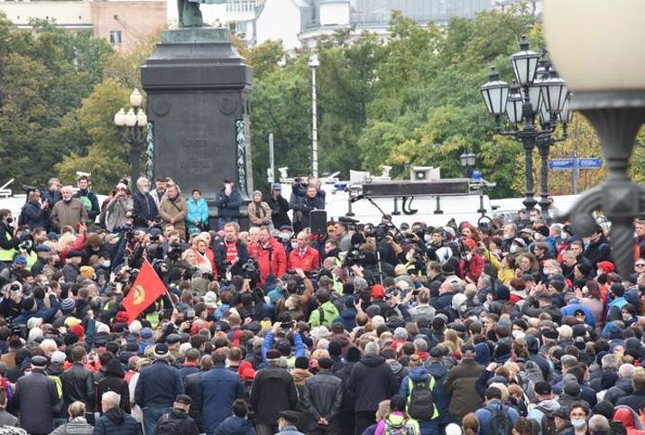 Вопреки полицейским запретам, коммунисты Москвы провели мирную встречу с депутатами Госдумы